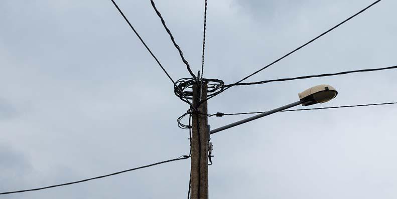 Kobberkabler slik vi er vant med å se de. Snart blir disse fjernet og da mister alle ADSL-forbindelse.